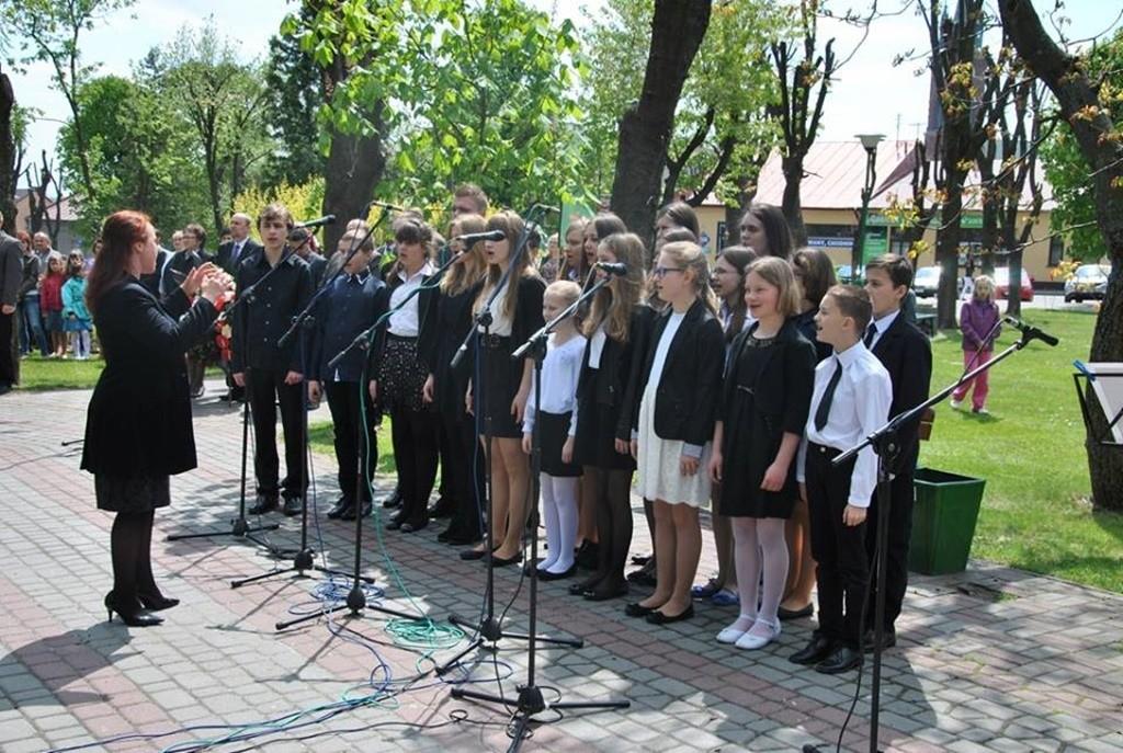 Występ uczniów NSM I st. w Sokołowie Małopolskim z okazji uroczystości 3-go Maja 11109491_833039936786090_4048826625643239914_n