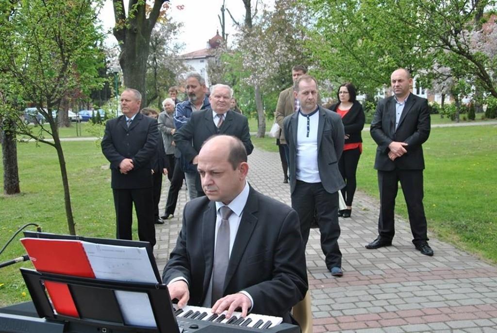 Występ uczniów NSM I st. w Sokołowie Małopolskim z okazji uroczystości 3-go Maja 1509317_833040373452713_7915279210535902290_n